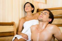 半裸体的人和女性放松在蒸汽浴 免版税图库摄影