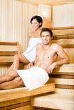 半裸体的放松在蒸汽浴的男人和妇女 免版税库存照片