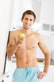 半裸体的年轻人用苹果 库存照片