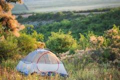 半透明的旅行帐篷在绿色沼地站立 免版税库存照片