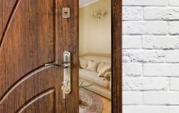半门户开放主义一个现代客厅特写镜头 免版税图库摄影