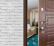 半门户开放主义一间经典卧室,把柄特写镜头 免版税库存图片