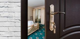 半门户开放主义一间经典卧室,把柄特写镜头 库存照片