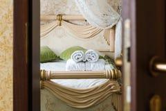 半门户开放主义旅馆卧室 图库摄影