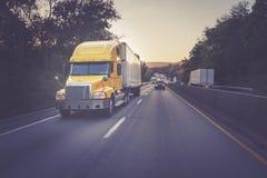 半黄色18在高速公路的轮车卡车 库存图片