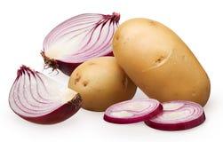 半,切片、红洋葱切好的片断和整个土豆 库存照片
