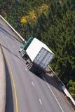 半经典之作卡车和干燥van在高速公路的trailer 库存照片