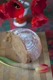 半黑面包和郁金香 免版税库存图片