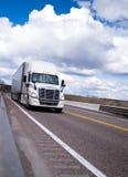 半Mod卡车在安全高速公路的速度移动 库存照片