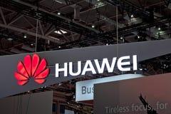 华为在墙壁上的公司商标 华为技术Co 是中国多民族网络和电信 免版税库存图片