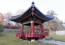 华丽中国亭子在秋天公园 免版税图库摄影
