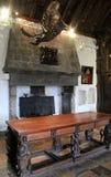 华丽家具、画象和垂悬的雕塑在Bunratty城堡,克莱尔郡,爱尔兰, 2014年10月许多屋子之一里面  免版税库存图片