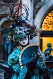 华丽服装的狂欢节摆设酒宴者作为黄昏跌倒,威尼斯,意大利 免版税库存照片