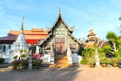 华丽木植物后边围拢的寺庙门面红色屋顶 免版税库存图片