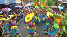 华丽椰子服装的男孩沿街道,节日跳舞尊敬受护神 股票视频