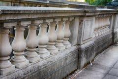 华丽水泥石柱子走道墙壁 免版税图库摄影