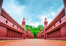 华丽红色桥梁在清迈皇家庭院里 免版税库存图片