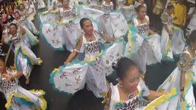 华丽蝴蝶服装的女孩沿街道,节日跳舞尊敬受护神 影视素材