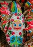 华丽pryaniki,俄国蜂蜜香料饼干,被塑造象matryoshka玩偶在一家杂货店在圣彼德堡俄罗斯 免版税库存图片