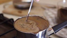 华伦泰与心脏的` s热奶咖啡在巧克力 早晨咖啡特写镜头 黑五谷咖啡饮料准备好顾客 股票录像