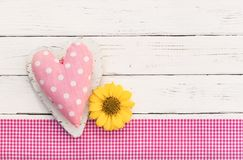 华伦泰与桃红色爱心脏的卡片背景和花进展 库存图片