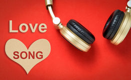 华伦泰与耳机的爱情歌曲文本 免版税库存照片