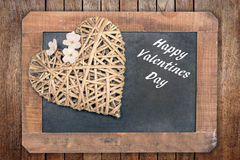 华伦泰卡片、木心脏与樱桃树花和葡萄酒黑板 库存图片