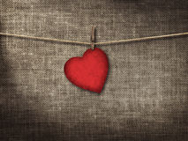 华伦泰卡片心形从垂悬在一个克洛的老红色paperr 库存图片
