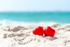 华伦泰和与概念结婚 已婚的两个红心夫妇恋人在沙子夏天海滩, 免版税库存图片