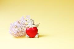 华伦泰和婚礼背景 与心脏和手lila的天使 免版税库存图片