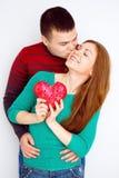 华伦泰夫妇 微笑的秀丽女孩和她英俊的男朋友画象  概念亲吻妇女的爱人 心脏标志 愉快的恋人 华伦泰D 库存图片