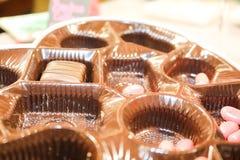 华伦泰巧克力与多数的箱子内部糖果去的,但是桃红色软心豆粒糖和一巧克力片疏散-接近  免版税库存图片