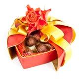 华伦泰巧克力和在丝毫查出的玫瑰 免版税图库摄影
