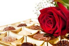 华伦泰巧克力和玫瑰 免版税库存图片