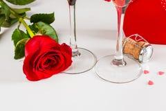 华伦泰庆祝用香槟和玫瑰 免版税库存图片