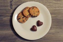 华伦泰当前礼物浪漫可爱的糖果自创巧克力日期早餐快餐概念 在天花板关闭上的上面照片  库存图片