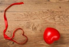 华伦泰心脏和丝带在木背景 库存照片