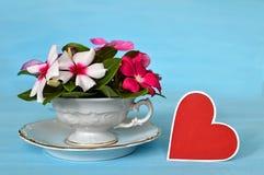 华伦泰心脏和五颜六色的花的布置 免版税库存照片