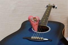 华伦泰心脏和吉他 免版税库存照片