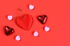 华伦泰心脏在红色 免版税库存照片