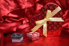 华伦泰心脏形状礼物盒 免版税库存照片
