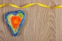 华伦泰心脏由盐面团和丝带,爱,文本的拷贝空间的标志制成 免版税库存照片