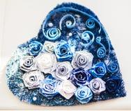华伦泰心脏由蓝色玫瑰做成 库存图片