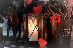 华伦泰心脏装饰分支蜡烛 免版税库存照片
