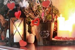 华伦泰心脏装饰分支蜡烛 免版税库存图片