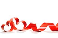 华伦泰心脏 典雅的红色缎礼物丝带 库存图片