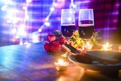 华伦泰晚餐浪漫爱概念/用在板材的叉子匙子装饰的浪漫桌设置 免版税库存照片
