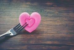 华伦泰晚餐浪漫爱烹调概念浪漫桌设置的食物和爱装饰用叉子和桃红色心脏在木 免版税库存图片