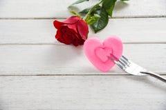 华伦泰晚餐浪漫爱食物和喜爱烹调概念-用红色玫瑰色花装饰的浪漫桌设置 免版税图库摄影