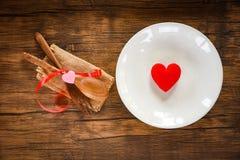 华伦泰晚餐浪漫爱食物和喜爱烹调概念-装饰的浪漫桌设置 库存照片